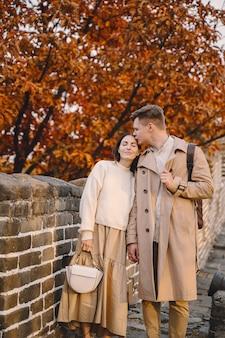 Jovem casal beijando na grande muralha da china
