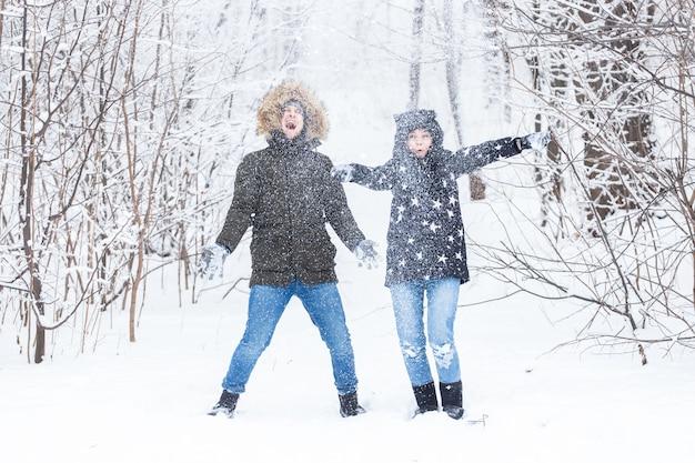 Jovem casal brincando com neve em winter park