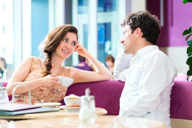 Jovem casal café beber café