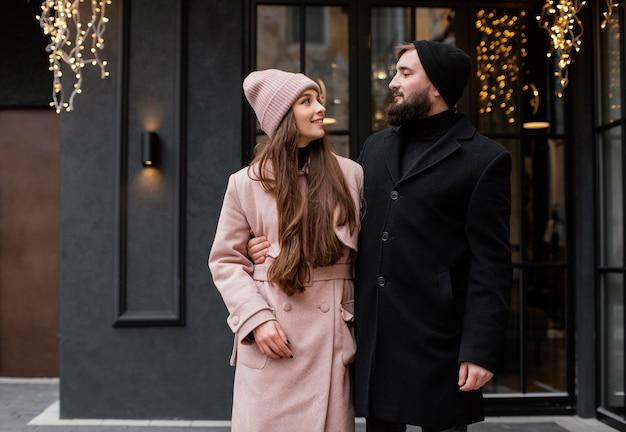Jovem casal caminhando ao ar livre