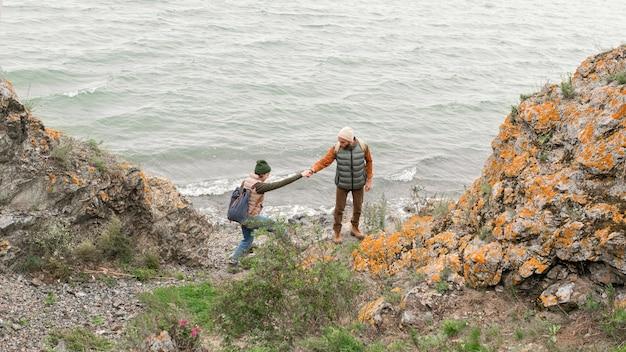 Jovem casal caminhando em direção ao mar Foto Premium