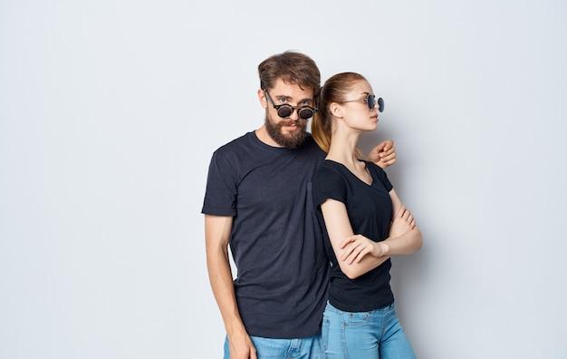 Jovem casal camisetas pretas óculos de sol estúdio emoções romance