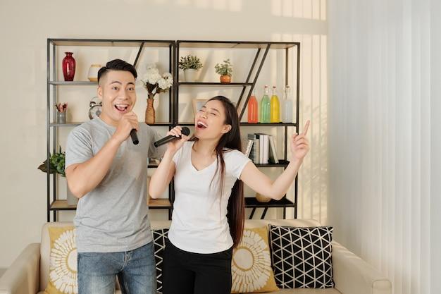 Jovem casal cantando canções