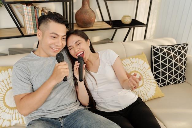 Jovem casal cantando