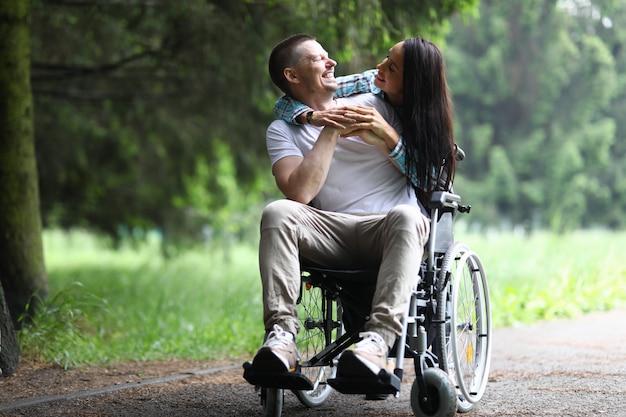 Jovem casal casado caminhando no parque e rindo