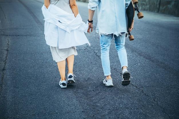 Jovem casal caucasiano bronzeado, história amorosa moderna em efeito de grão de filme e estilo vintage.