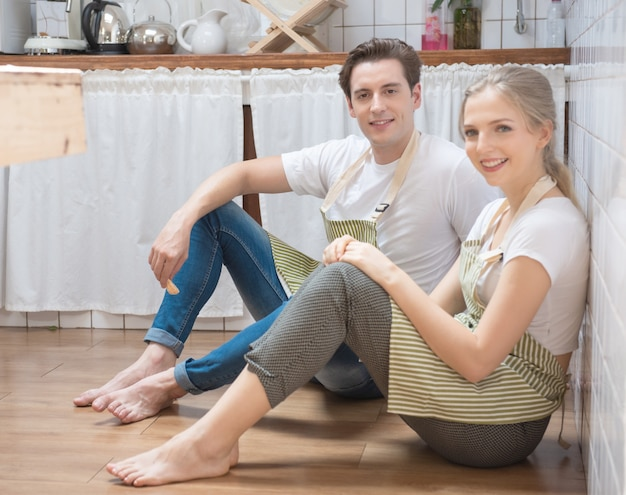 Jovem casal caucasiano sentar e conversar cozinha ini