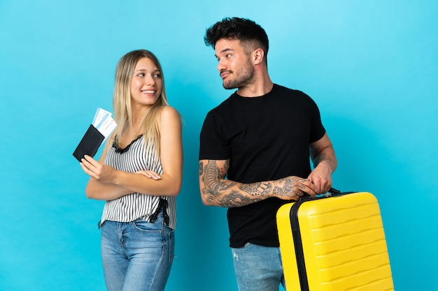 Jovem casal caucasiano vai viajar