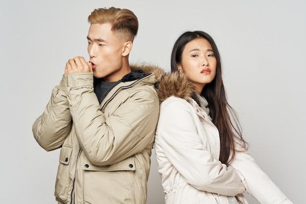Jovem casal com aparência asiática de jaquetas de inverno