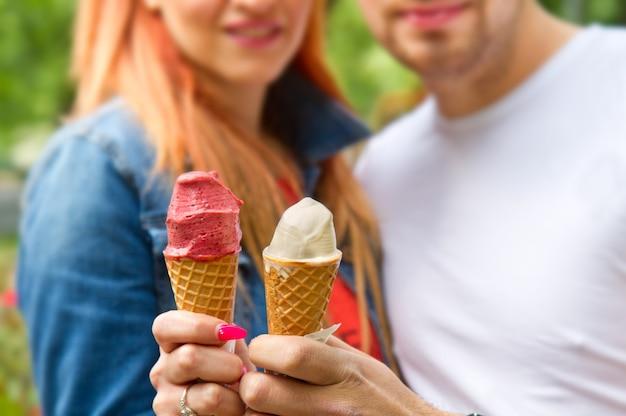 Jovem casal com casquinhas de sorvete