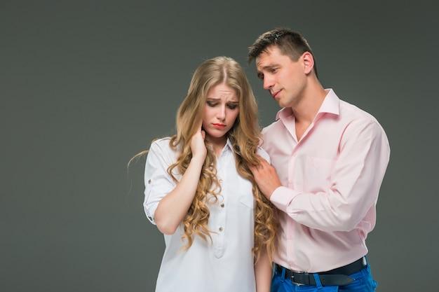 Jovem casal com emoções diferentes durante o conflito