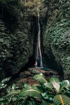 Jovem casal com floresta tropical em bali, curtindo a vida no belo lago de viagem