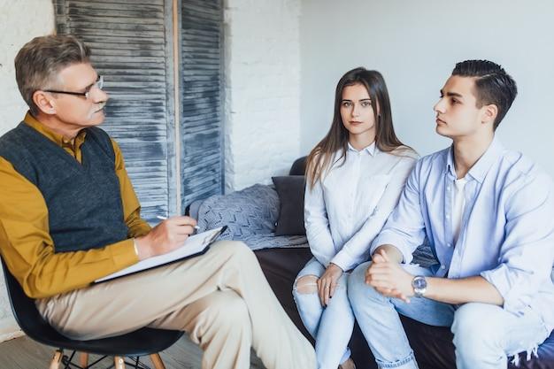 Jovem casal com problema na recepção para psicólogo de família. problemas familiares