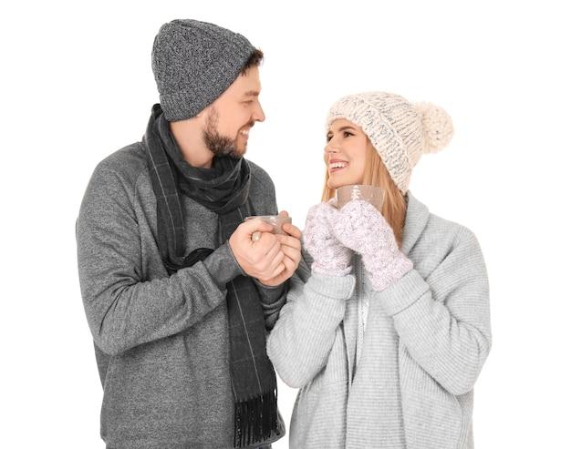 Jovem casal com roupas quentes em uma superfície branca