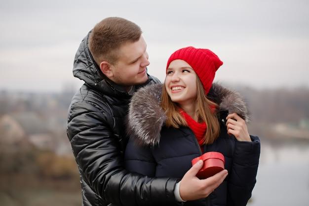 Jovem casal com um presente nas mãos