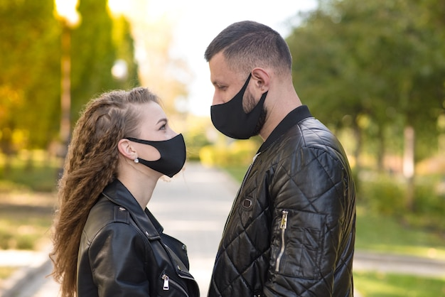 Jovem casal com uma máscara médica. conceito de cuidados de saúde. covid19, coronavírus.