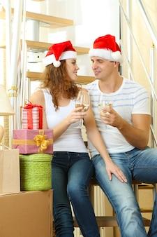 Jovem casal comemorando ano novo na nova casa no fundo da escada