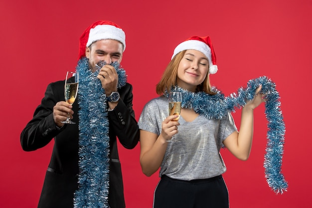 Jovem casal comemorando ano novo no piso vermelho, feriado, amor natal