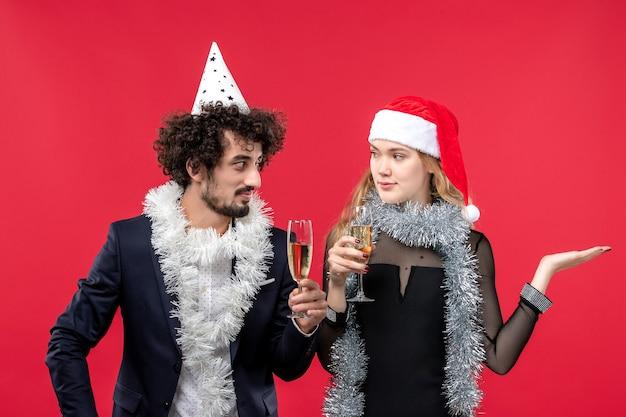 Jovem casal comemorando o ano novo, o amor de natal