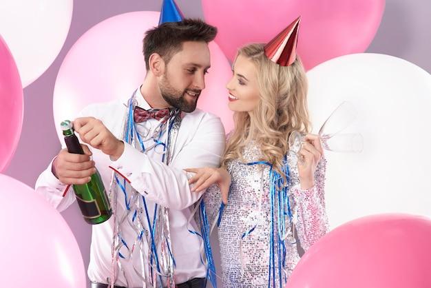 Jovem casal comemorando o ano novo