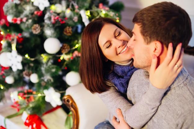 Jovem casal comemorando o natal em casa
