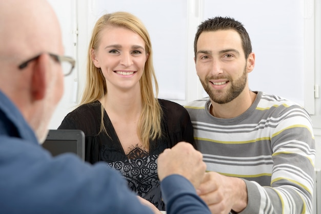 Jovem casal compra uma casa