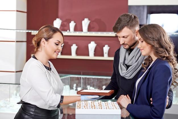 Jovem casal comprando joias