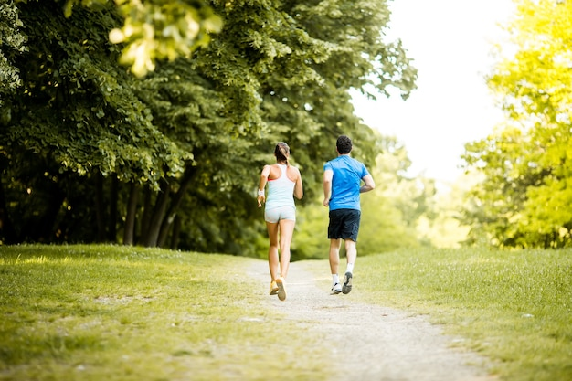 Jovem casal correndo