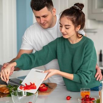 Jovem casal cozinhando em casa