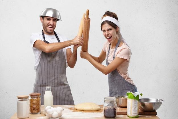 Jovem casal cozinhando juntos