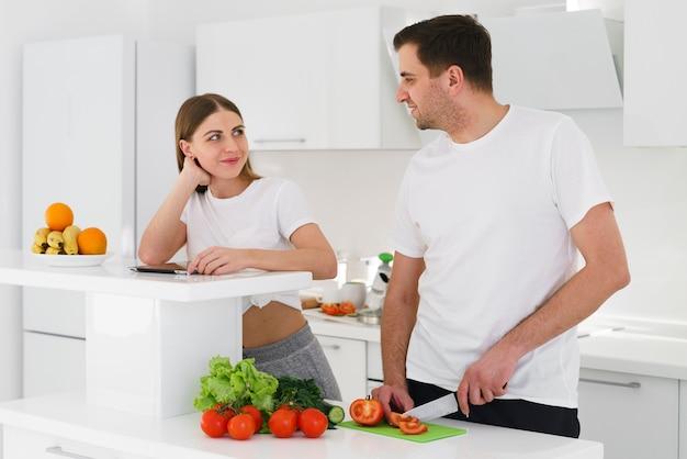 Jovem casal cozinhar