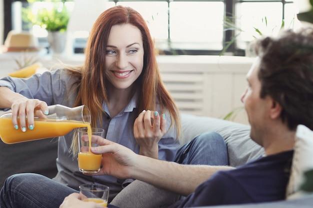 Jovem casal curtindo o tempo juntos em casa