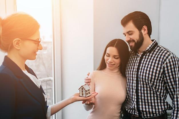 Jovem casal da família compra aluguel de imóveis