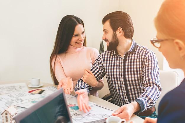 Jovem casal da família compra imóveis para alugar. agente dando consultoria para homem e mulher