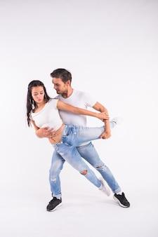 Jovem casal dançando dança social latina bachata, merengue, salsa. pose de elegância dois.