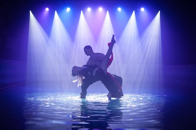 Jovem casal dançando na água