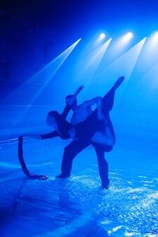Jovem casal dançando na água.
