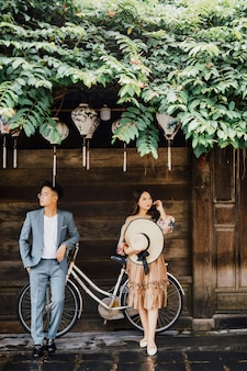 Jovem casal dançando na frente da casa vintage