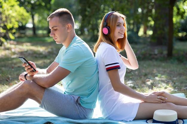 Jovem casal de adolescentes se divertindo ao ar livre no parque de verão
