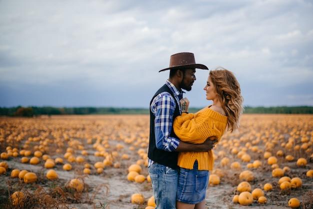 Jovem casal de agricultores feliz olhando um para o outro
