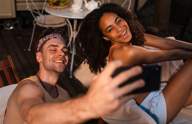 Jovem casal de férias com o campista. viajar com o autocaravan. conceito sobre viagens rodoviárias e estilo de vida nas férias