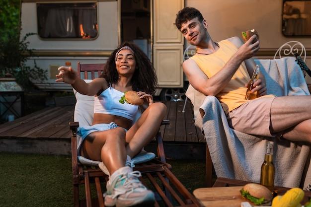 Jovem casal de férias com o trailer viajando com o autocaravan