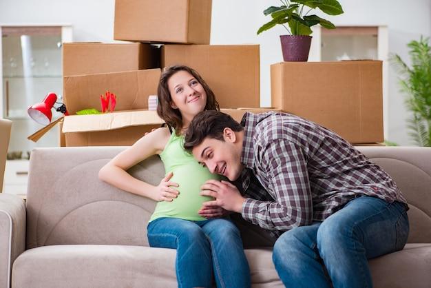 Jovem casal de homem e mulher grávida esperando bebê