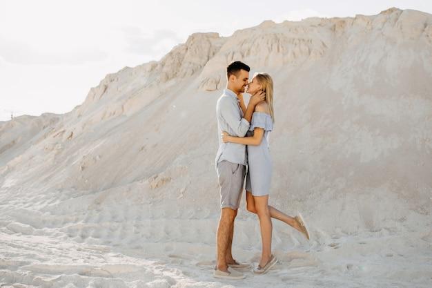 Jovem casal de homem e mulher prestes a se beijar, ao ar livre.