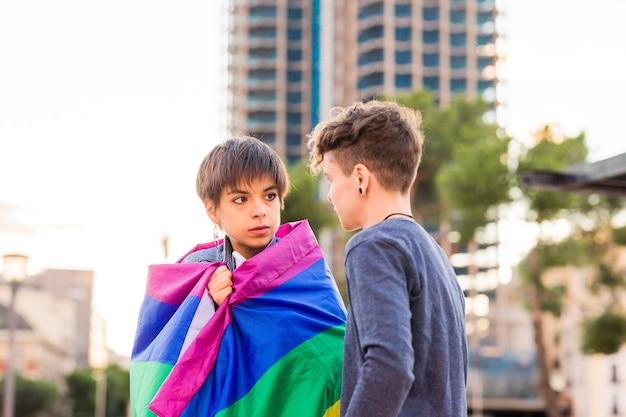 Jovem casal de lésbicas moleca transgênero andrógino não binário e uma mulher hispânica com cabelo curto