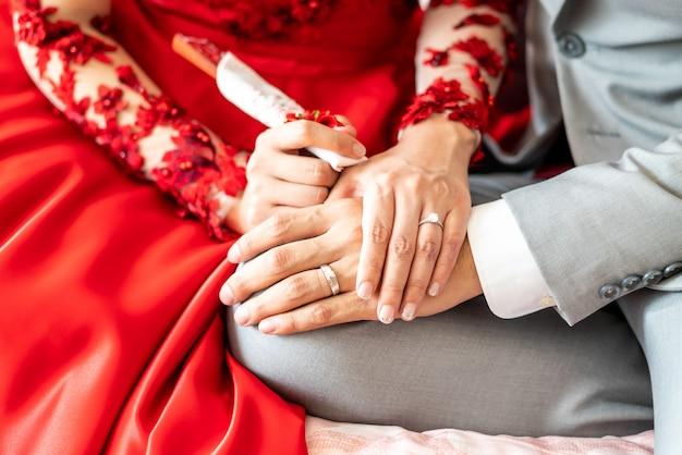 Jovem casal de mãos dadas