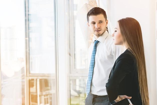 Jovem casal de negócios se reunindo no saguão