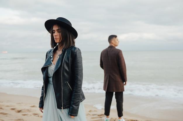 Jovem casal de noivos atraente em pé perto do mar ou oceano.