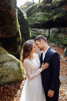 Jovem casal de noivos curtindo momentos românticos