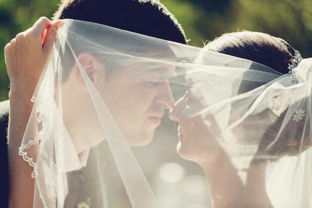 Jovem casal de noivos desfrutando momentos românticos ao ar livre close-up